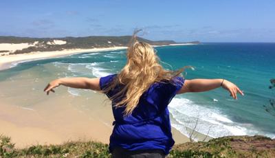 Katharina auf einer Klippe über dem Meer